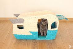 PATTERN: On the Road House pet crochet bed cat cave t-shirt yarn - Wohnwagen Gato Crochet, Crochet Pet, Tshirt Garn, Cat Cave, Vintage Caravans, Little Kitty, Crochet Animals, Crochet Hooks, Crochet Feather
