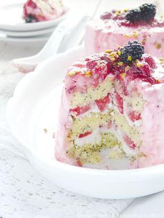 Poppy seed cake with a filling of raspberry and cream cheese. Recipe in Italian.
