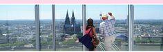Ansicht vom KölnTrianglePanorma: Zwei Touristen schauen auf den Kölner Dom