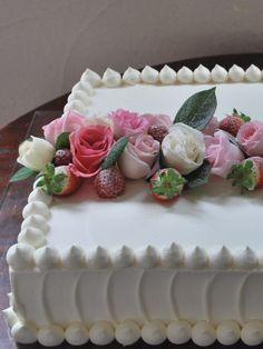 中央にデコレートした薔薇が存在感を発揮するシンプルながらも印象的なケーキ。サイドのクリーム使いがおしゃれ♪
