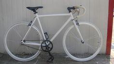 純白のカスタムピストバイク
