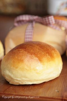 Nie zapomnij śniadania do pracy…Petits pains au lait Pan Bread, Bread Baking, Cornbread, Holiday Recipes, Biscuits, Rolls, Food And Drink, Cooking Recipes, Haitian Art