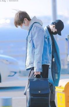 (Sequel to Meeting him) Two years later In which Taehyung is now a successful CEO in Daegu but in order for the Han Corporation to be more successful he is to. Bts Taehyung, Bts Suga, Bts Bangtan Boy, Jungkook 2017, Bts Airport, Airport Style, Airport Fashion, Wattpad, I Love Bts