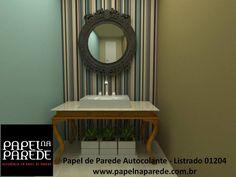 O lavabo aceita qualquer tipo de decoração e acabamento. Nessa opção, o papel de parede autocolante listrado deixou o ambiente moderno, contraponto os móveis rústicos da bancada e o espelho. Nas paredes, os tons pastéis do papel de parede harmonizam todo o conjunto.