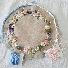 테두리..어떤걸로?...👀무난한 핑크..아님...엉뚱한 블루...뭘로 했을까요?ㅋㅋ지금 열자수중😉#embroidery #needlework #handembroidery #stiching #꽃자수 #프랑스자수 #손자수 #취미자수 #자수타그램 #리스자수 #세상의단하나#장미자수#flower #rose#별헤는자수#bordado#broderie