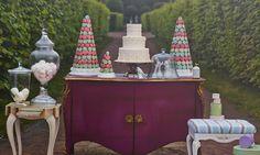Съемка AD: Пусть едят пирожные http://www.admagazine.ru/mebel/97060_semka-ad-pust-edyat-pirozhnye.php  Королева Мария Антуанетта была, конечно, чересчур легкомысленна. Но очень обаятельна. Как и мебель во французских дворцовых стилях: кажется, стоит сесть на изящную банкетку, как пудреный парик, пажи, парковая аллея и пресловутые пирожные возникнут сами собой.