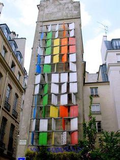 Mur des Vents, réalisé par Pierre Comte (artiste plasticien français, né en 1927) et installé en 1974, rue Dussoubs. Mouvement apparu dans les années 50, l'art cinétique désigne les œuvres mises en mouvement par le vent, les spectateurs et/ou un mécanisme motorisé
