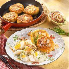 Kartoffelplätzchen mit Eier-Ragout Rezept | LECKER Baked Potato, Potatoes, Baking, Ethnic Recipes, Food, Credenzas, Potato, Popular Recipes, Egg