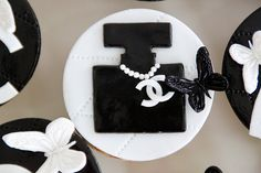 Chanel Cupcakes, Chanel Cake, Chanel Birthday Party, Chanel Party, Mother's Day Cookies, Fancy Cookies, Birthday Cakes For Women, Cool Birthday Cakes, Baby Shower Cupcakes