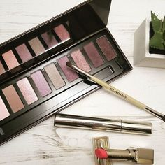 Me encanta la nueva paleta de Clarins, es perfecta para el día y noche, y creo que va genial para navidades, ¿verdad?// These eyeshadow Clarins are perfect for day and night, but I think also for Christmas 😍  #eyeshadowns #palettes #makeup #makeupproducts #amazing #makeupbrushes #makeuplove #Clarins #inlove #instamoment #instagramers #perfectpicture #perfect #photooftheday #photodaily #dailypic #instadaily #christmas #cute #bblogger #beautybloggers #bloggerlife #blogger #khimma…