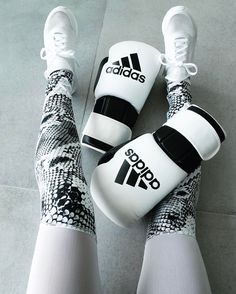 Boxing outfit done right | Varley Anaconda Sycamore Leggings matching with some boxing gloves | Ready for that sweaty session