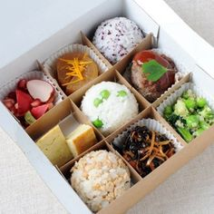 A new Japanese canteen serving bento boxes of omosubi: filled rice balls served with salads and vegetables. Japanese Lunch Box, Japanese Food, Traditional Japanese, Food Design, Cute Food, Yummy Food, Bento Recipes, Rice Balls, Paris Restaurants