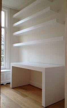 Planken blind aan de muur gemonteerd met daaronder een bureau in dezelfde stijl. Justus Felthuis, www.justusentjebbo.nl