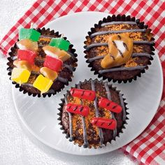 Keep the Dad theme going for Father's Day with these cute barbecue grill novelty cupcakes. Start with a basic chocolate cupcake and use f. Cupcake Recipes, Cupcake Cakes, Dessert Recipes, Brownie Cupcakes, Mini Cakes, Icing Cupcakes, Cupcake Toppings, Dessert Healthy, Cute Food