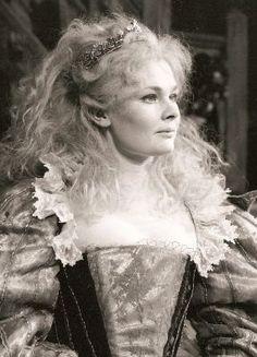 Dame Judi Dench as Titania in A Midsummer Night's Dream by the Royal Shakespeare Company in 1962 Judy Dench Hair, Judi Dench, Divas, Ella Enchanted, Foto Poster, Cinema, Midsummer Nights Dream, British Actors, British Actresses