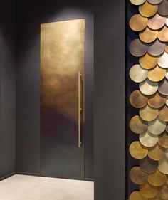 Coveting - Linvisibile's gorgeous door collaboration with De Castelli! Learn all about it today on DPAGES. Photo by Alberto Parise. Modern Entrance Door, Modern Door, Restaurant Door, Invisible Doors, Italian Doors, Hotel Door, Gold Interior, Interior Doors, Front Door Design