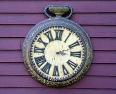 Uhr, welche die kurze Lebensdauer von Facebook-Posts symbolisiert