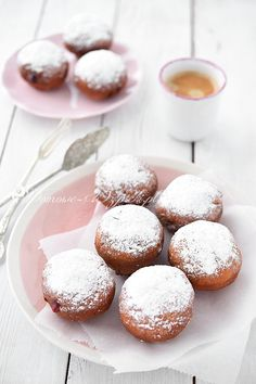 Glutenfreie Krapfen - Rezept Rezepf for gluten-free donuts with a gluten-free flour mixture. Delicious, fluffy and gluten-free donuts made from yeast dough with jam. These donuts can be frosted Dessert Sans Gluten, Paleo Dessert, Gluten Free Pancakes, Gluten Free Flour, Thanksgiving Desserts, Holiday Desserts, Donut Recipes, Gluten Free Recipes, Beignets Sans Gluten