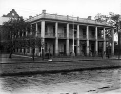 Mercy Hospital (Original Location) opened in 1924 at 1321 Annunciation Street in NOLA. Old Mansions, Abandoned Mansions, Abandoned Houses, Abandoned Places, Old Houses, Abandoned Prisons, Abandoned Plantations, Louisiana Plantations, Louisiana History