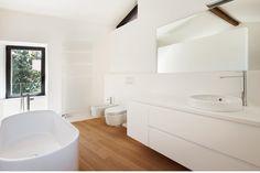 Wit tijdloos badkamermeubel met houten vloer