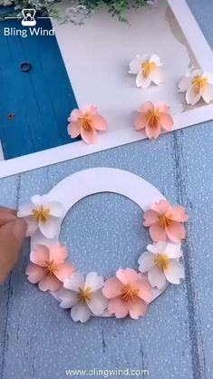 Paper Flowers Craft, Cool Paper Crafts, Paper Crafts Origami, Flower Crafts, Diy Flowers, Paper Flower Patterns, Pom Pom Crafts, Flower Diy, Paper Roses