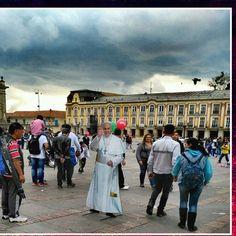 Andamos de #modopapa. Aqui ya repartiendo bendiciones.   #bogotaneando #bogota #plazabolivar #lacandelaria #papaencolombia