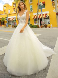 Traumhaftes Brautkleid mit Spitzenapplikationen auf dem Oberteil und weitem Tüllrock. Formal Dresses, Wedding Dresses, Tops, Fashion, Dress Wedding, Bridle Dress, Dresses For Formal, Bride Dresses, Moda
