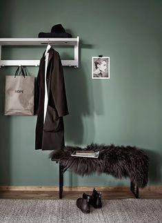 Påminner om den gröna som vi har på en vägg i vardagsrummet. Vi har kombinerat en grön tillsammans med en dov blå och en mörk grå.