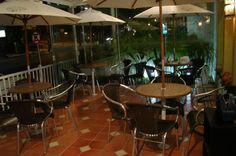 Mesas produzidas para espaços comerciais.