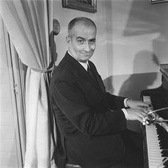 Louis de Funès chez lui jouant du piano à l'occasion d'une interview pour le journal télévisé