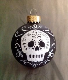 Day of the dead skull – Christmas - Malvorlagen Mandala Halloween Ornaments, Diy Christmas Ornaments, Halloween Crafts, Christmas Bulbs, Ball Ornaments, Christmas Stocking, Halloween Ideas, Mexican Christmas, Noel Christmas