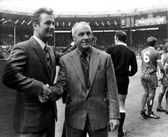 Bill Shankly (Liverpool) shaking hands with Brian Clough (Leeds United) before the 1974 Charity Shield at Wembley Liverpool Football Club, Liverpool Fc, Brian Clough, Bob Paisley, Bill Shankly, Community Shield, British Sports, Shake Hands, Leeds United