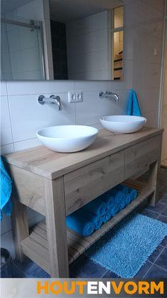 Ook staande badkamermeubels zijn praktisch en geven echt karakter aan de badkamer. Gemaakt van zwaar rustiek eiken, kranen uit de muur en een legrek voor handdoeken. De lades zijn greeploos en voorzien van softclose ladegeleiders.