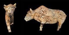 PREHISTORIA ::: Paleolítico Superior ::: Bisonte - Hallado en la Cueva de Zaraysk, RUSIA, hace aprox. 20.000 años A.P. - Esculpido en Hueso de Mamut