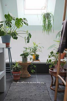 Blogger Marij legt uit hoe je heel simpel een urban jungle kunt creëren in de badkamer! Houd je vooral niet in en verzamel lekker veel groen op één plek. #urbanjunglebloggers