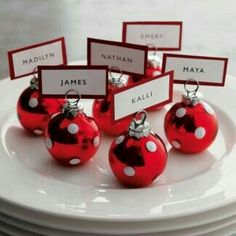 This is one of the EASIEST Xmas Dinner Recipes! Festive and perfect to the - Table Settings Christmas Place Cards, Christmas Table Settings, Christmas Tea, Christmas Table Decorations, Decoration Table, Christmas Bulbs, Christmas Parties, Christmas Wedding, Simple Christmas