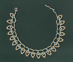 Goudenregen: Tatted summer necklace. Zomerketting van frivolité