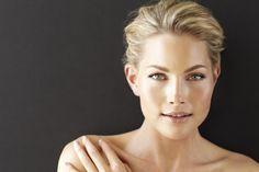 La limpieza facial te ayudará a eliminar las células muertas y te aportará luminosidad en el rostro, es la mejor forma de regenerar tu piel después de los daños generados por la exposición al sol. También te ayuda a retrasar la aparición de arrugas, surcos en la piel y elimina posibles manchas.