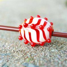 Vinutka Ragby Vlastnoručně vyrobená vinutka ve tvaru ragbyového míče. :-) Vinutka má rozměry 15x19 mm (včetně nálepů). Průvlek 3 mm. Vinutky vyrábím ručně bez použití formiček, proto nejsou zcela pravidelné.