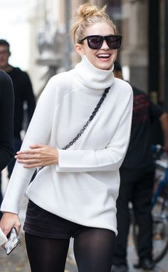 Sweater Weather: Model-off-duty GiGi Hadid in white turtleneck sweater + top-knot bun Style Gigi Hadid, Gigi Hadid Outfits, Weather Models, White Turtleneck, Models Off Duty, Classy Outfits, Casual Outfits, Celebrity Style, Photos