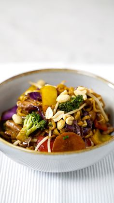 Yakisoba - - Schauen Sie sich das Yakisoba-Rezept von Tastemade an Asian Recipes, Healthy Recipes, Love Food, A Food, Food Videos, Food To Make, Chicken Recipes, Dinner Recipes, Vegetarian Recipes