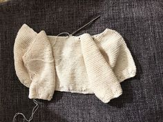 CHAQUETA BEBÉ, tejido dos agujas. ( Baby jacket, knitted ) TUTORIAL Baby Vest, Baby Cardigan, Baby Baby, Knitting For Kids, Easy Knitting, Knitted Blankets, Knitted Hats, Poncho With Sleeves, Knitted Baby Clothes