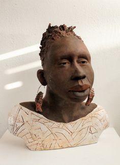 Sculptuur Nigeriaanse vrouw. In Nigeria wonen 90 miljoen mensen. Nigeria heeft de grootste culturele samenleving ter wereld. Er zijn 375 verschillende volkeren met elk een eigen taal en cultuur.