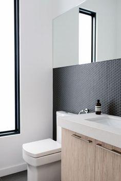 Mała łazienka w domu - zobacz jak urządzić małą łazienkę i zainspiruj się! Zapraszam do wpisu na blogu Pani Dyrektor. Mała łazienka z wąskim oknem, lustro w łazience, drewno w łazience.