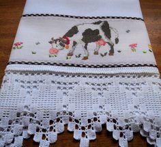 Pano de prato em tecido de sacaria, 100% algodão, bordado em ponto cruz no tecido cânhamo e barrado de crochê. <br>Ideal para enxugar louças, decorar sua cozinha ou presentear