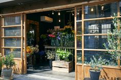 センスが芽生えるTOKYOの最新花屋。|インテリア(デザイン)|VOGUE JAPAN Japanese Plants, Japanese Flowers, Flower Shop Design, Shop Front Design, Small Store Design, Bakery Shop Interior, Flower Shop Interiors, Cafe Japan, Shop Fronts