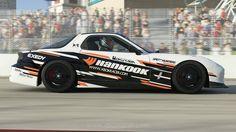 Deuxième voiture que nous vous proposonsaujourd'hui dans le XBR Showroom ! La Mazda RX7, connue pour son fameux moteur à pistons rotatifs. Elle fait aussi partie des cinq premiers bolides qui vous sont proposés au commencement du jeu et celle-ci est inspirée des voitures de course sponsorisées par le fabricant de pneus d'origine coréenne Hankook.