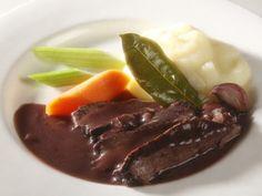 Il barolo conferisce alla carne un aroma unico, dando vita ad uno dei secondi piatti italiani più famosi nel mondo.