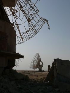 helaeon: Trashed satellite dishes by Steve & Jemma Copley. Abandoned Buildings, Abandoned Asylums, Abandoned Places, Scary Ghost Pictures, Ghost Photos, Radio Astronomy, Abandoned Train Station, Real Haunted Houses, Paranormal Photos