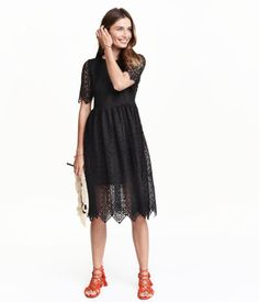 Sieh's dir an! Knielanges Kleid aus durchbrochener Spitze. Das Kleid hat kurze Ärmel und ist oben figurnah geschnitten. Teilungsnaht in der Taille und sehr weit geschnittener Rock. Geknöpfter Nackenschlitz und verdeckter Seitenreißverschluss. Leicht transparentes Futter. – Unter hm.com gibt's noch viel mehr.